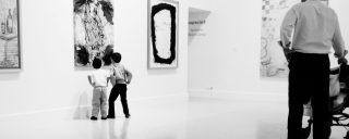 Copii intr-un muzeu de arta, unde le e locul.