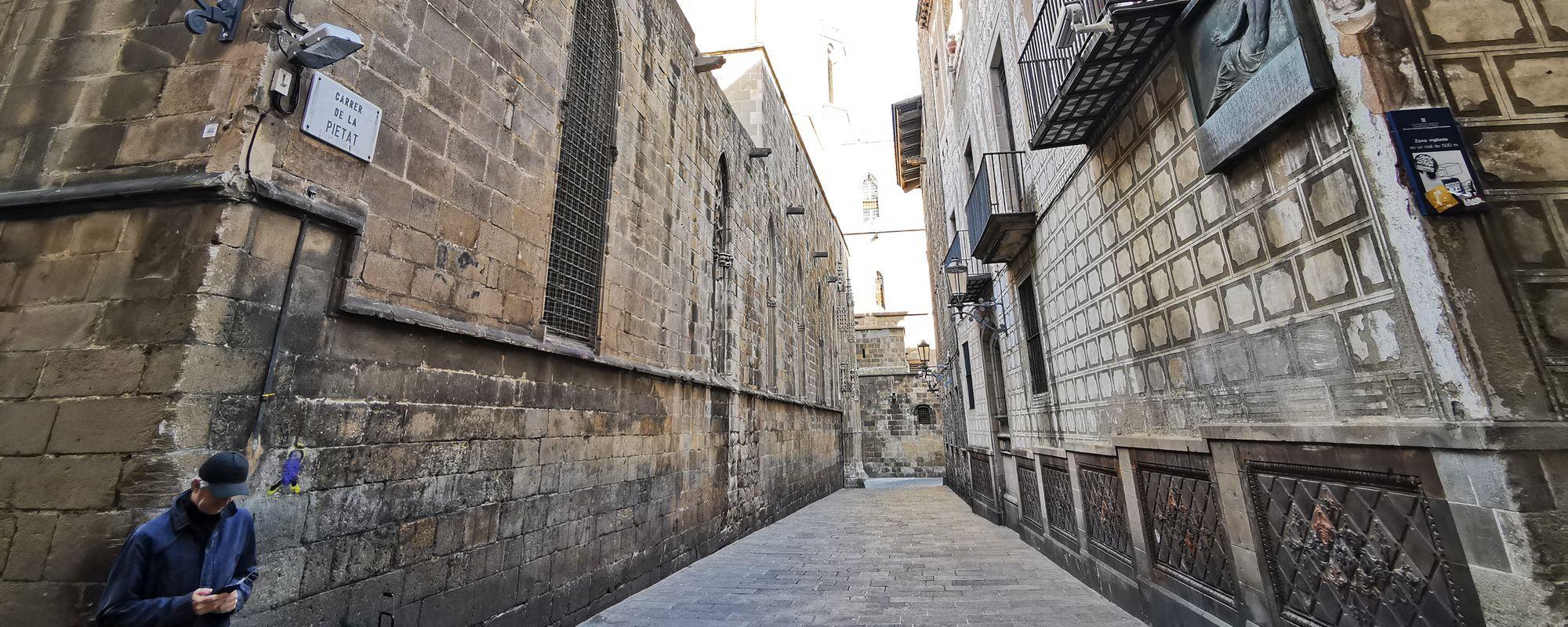 Stradă din Barri Gòtic, în Barcelona. Și un artist stradal. Să-i zicem Pablo.