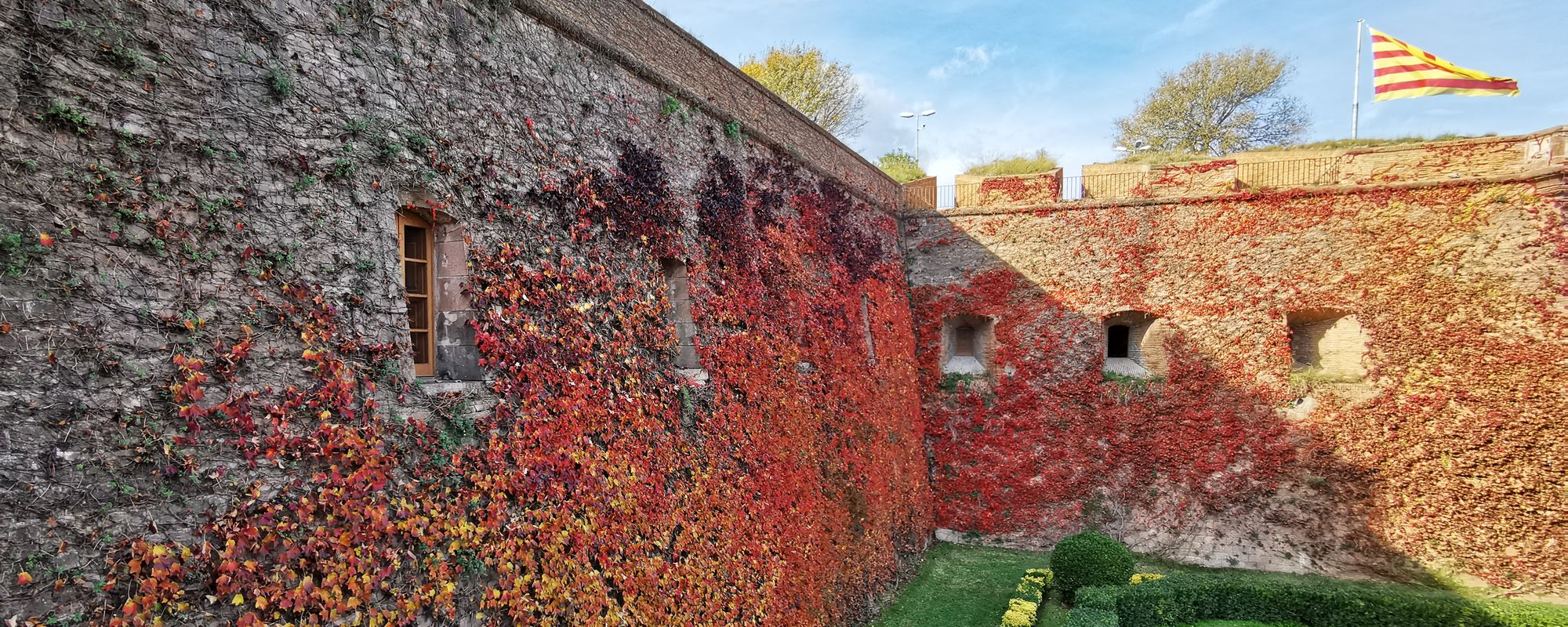 Zidurile exterioare ale castelului Montjuic, în Barcelona. Îți și pare rău să le ataci.