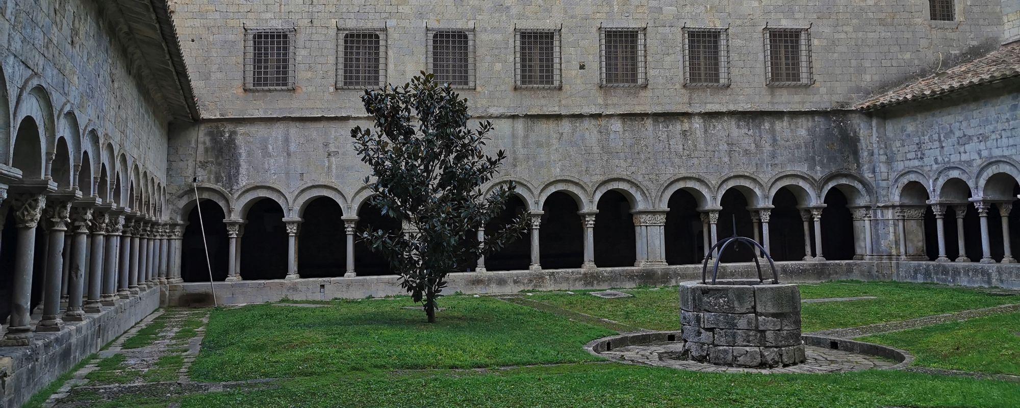 Mânăstire din Girona. Ce poți să îți mai dorești? (Mă rog, îți dorești să poți pleca oricând vrei).